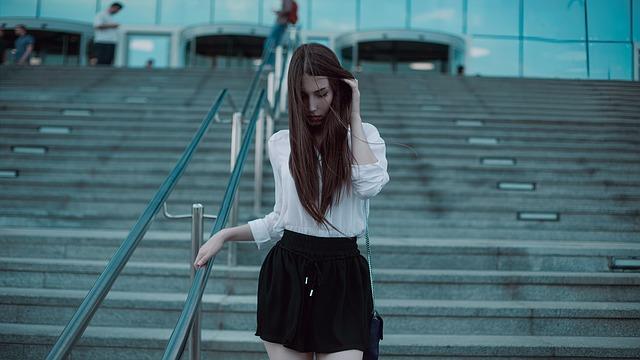dívka u zábradlí na schodech