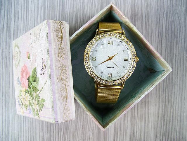 hodinky ve zlaté barvě v papírové krabičce