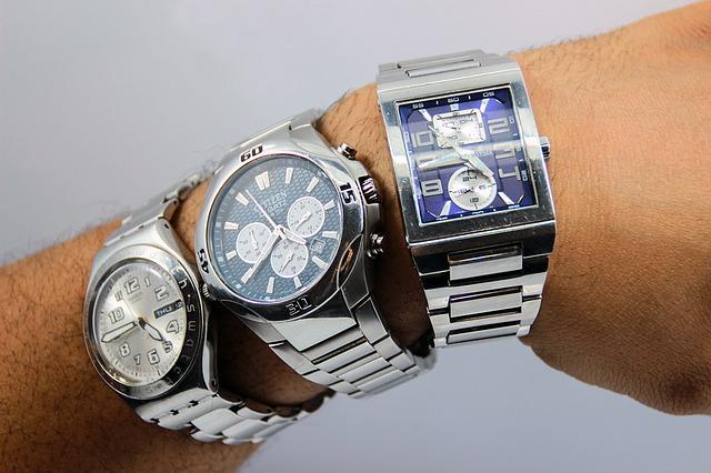 troje hodinky na ruce