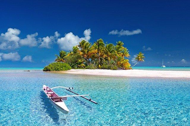 pláž s loďkou